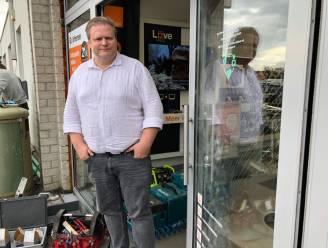"""Dieven rijden met wagen telecomwinkel binnen: """"Eén waardeloze computer is verdwenen, de kluis kregen ze gelukkig niet open"""""""