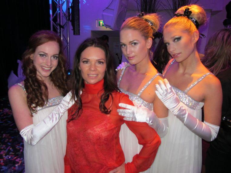 Nathalie (in 't rood), directeur Matching Models, omringd door haar modellen, houdt de identiteit van de Prins geheim. Beeld