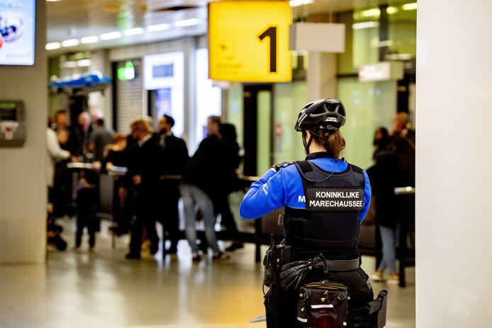 2019-11-06 22:02:48 BADHOEVEDORP - Marechaussee op Schiphol. De Koninklijke Marechaussee onderzocht een vliegtuig met de bestemming Madrid. Het kapingsalarm bleek achteraf per ongeluk te zijn geactiveerd. ANP ROBIN UTRECHT