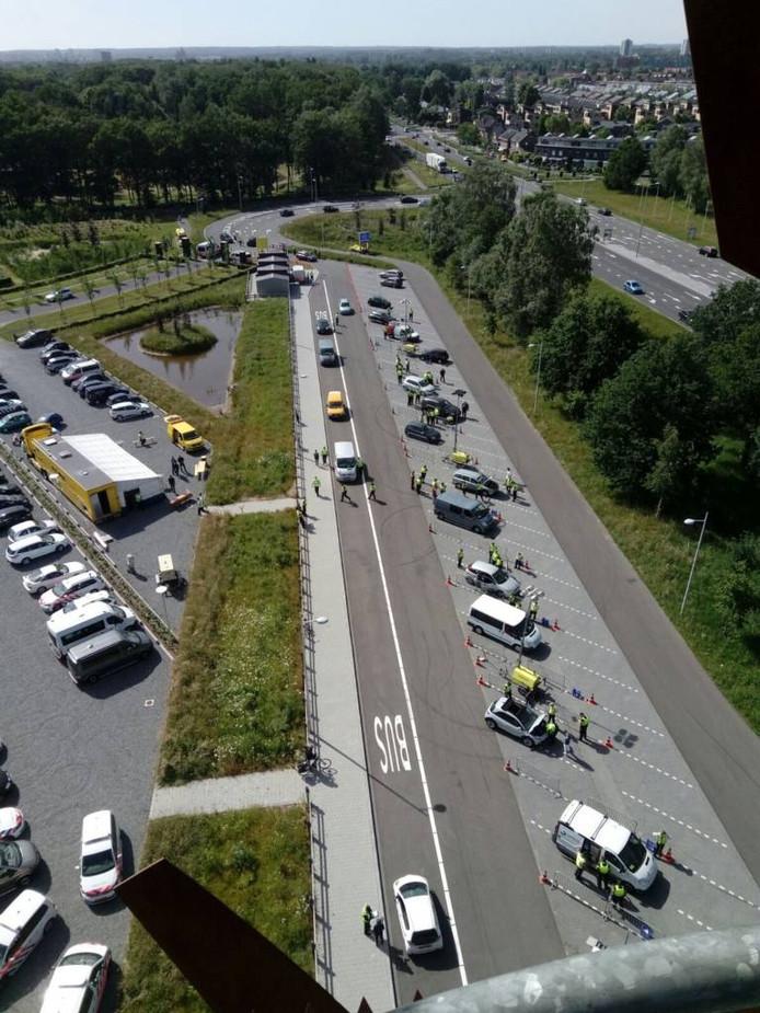 De controle langs de Zutphensestraat. Foto politie