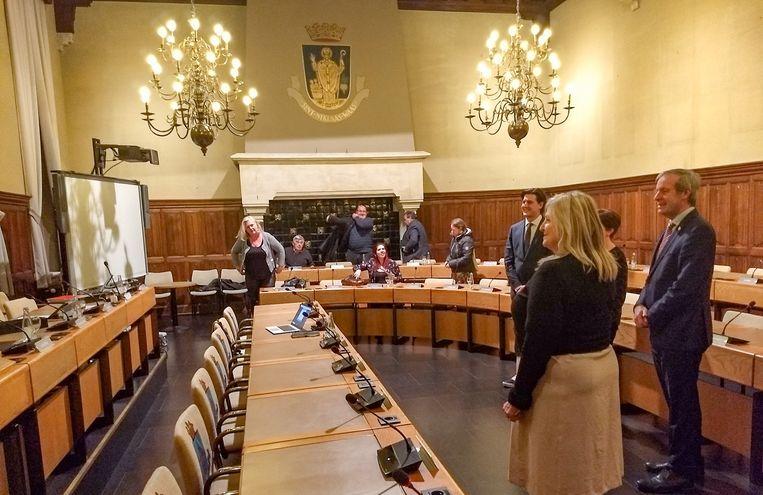 """De zitting van de gemeenteraad in Sint-Niklaas in volle coronacrisis, met hier de eedaflegging van Maxime Callaert als nieuwe schepen. Slechts 10 van de 41 raadsleden zijn aanwezig. Opvallend: Vlaams Belang was er met 6 van de 7 raadsleden. """"Dit mandaat heb je voor alle dagen en in alle omstandigheden"""", verdedigt Frans Wymeersch zich."""