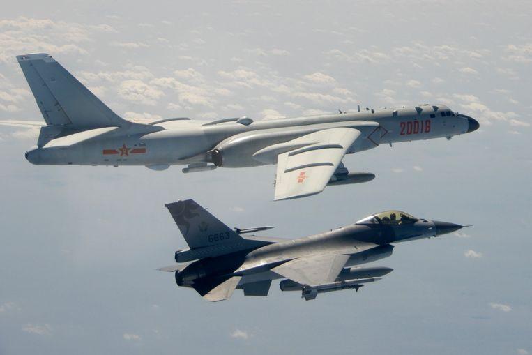 Een Chinese H-6 bommenwerper (achtergrond) geflankeerd door een Taiwanese F-16 straaljager. De Chinese luchtmacht dringt haast op dagelijkse basis het Taiwanese luchtruim binnen met straaljagers en bommenwerpers.  Beeld AP