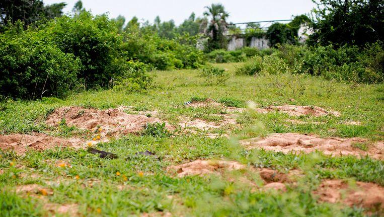 Omgewoelde aarde op de plaats waar vermoedelijk een massagraf werd aangelegd in december. Beeld AFP