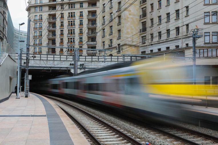 Een NMBS-trein raast door het station Brussel-Schumann. Beeld BELGA