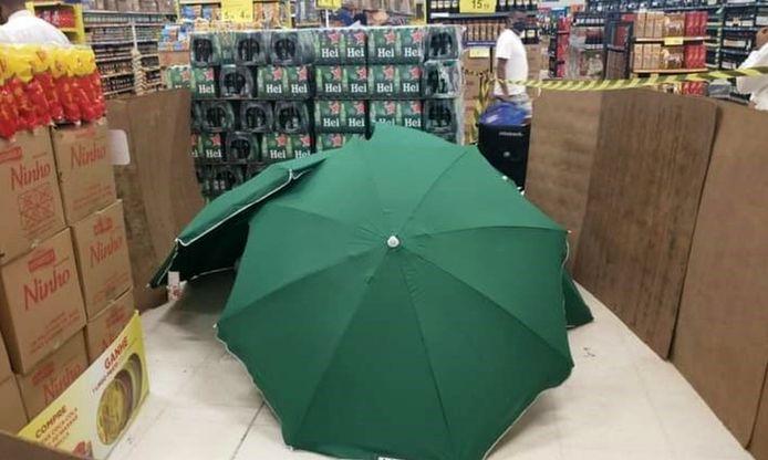 Het stoffelijk overschot werd onder enkele paraplu's verborgen.