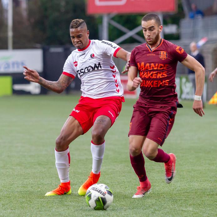 Helmond Sport-speler Charlton Vincento (links ) in duel met zijn tegenstander van RKC Waalwijk Mohamed Mezghrani