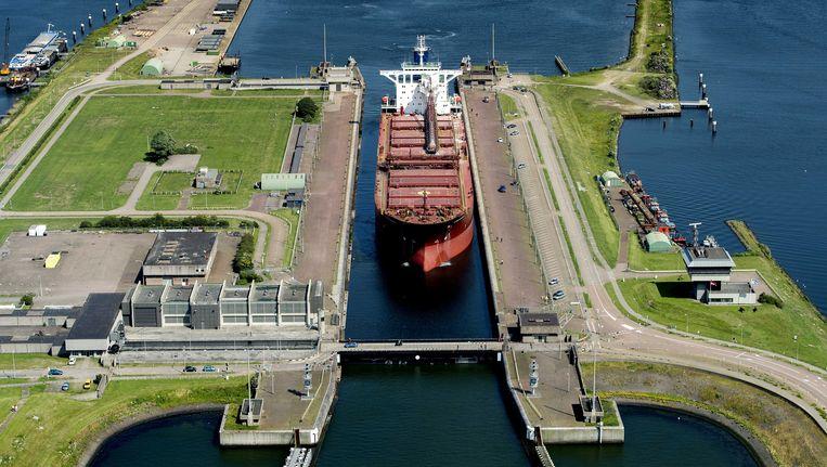 Amsterdam en Noord-Holland betalen mee aan de bouw omdat de nieuwe sluis dan eerder gereedkomt Beeld ANP