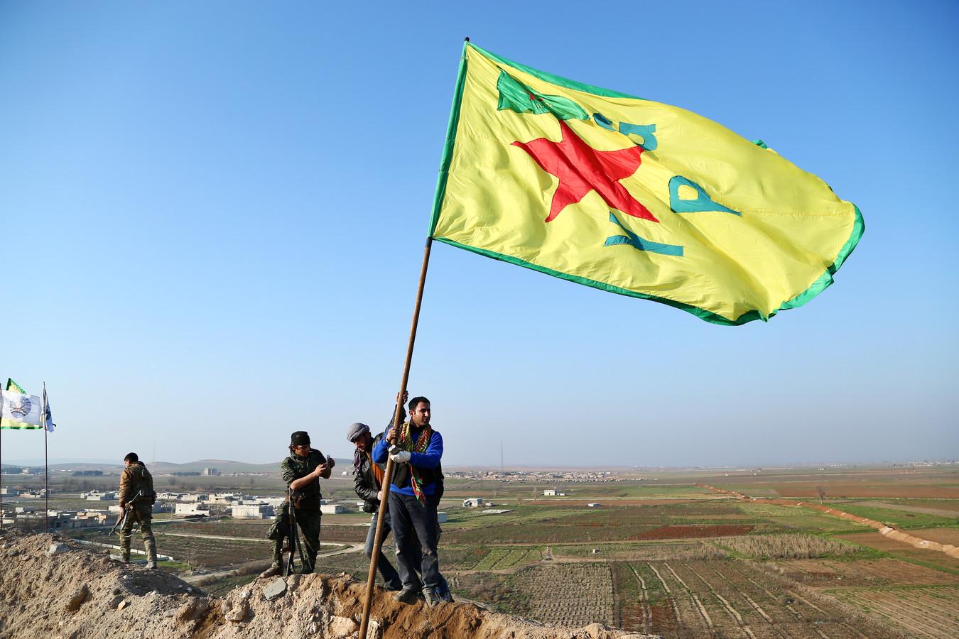 Koerdische Volksbeschermingseenheden (YPG) heisen de vlag bij de herovering van Kobani in 2015.