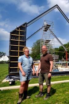 Op de ruïnes van een afgebrand landgoed bouwen Rudy en Nienke een hypermoderne woning