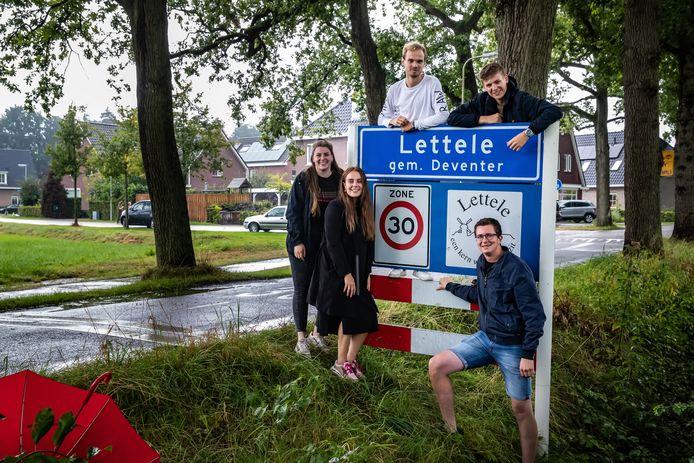 Bestuursleden van Jongerenorganisatie Lettele Marijn Kleine Koerkamp (linksboven), Lars Zandbelt (rechtsonder), Lars Ruiter (rechtsboven), Eline te Boekhorst (midden) en Joanne Bos (links) zijn een petitie gestart om de noodzaak voor het bouwen van woningen in Lettele onder de aandacht te brengen bij de gemeente Deventer.