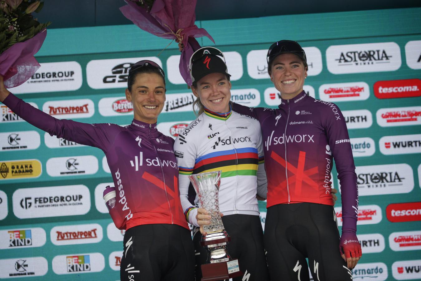 Ashleigh Moolman (l), Anna Van Der Breggen en Demi Vollering (r) bezetten het podium van de tweede etappe.