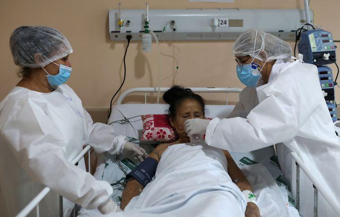 Een coronapatiënt in het ziekenhuis van Manaus, Brazilië.