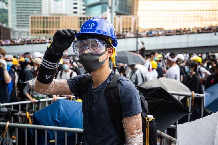 Een  demonstrant draagt een helm, mondkapje en oogbescherming tijdens de massaprotesten afgelopen week in Hongkong.