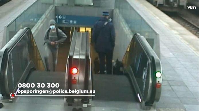 De politie is op zoek naar een man die wordt verdacht van de aanranding van een 14-jarig meisje in de trein.