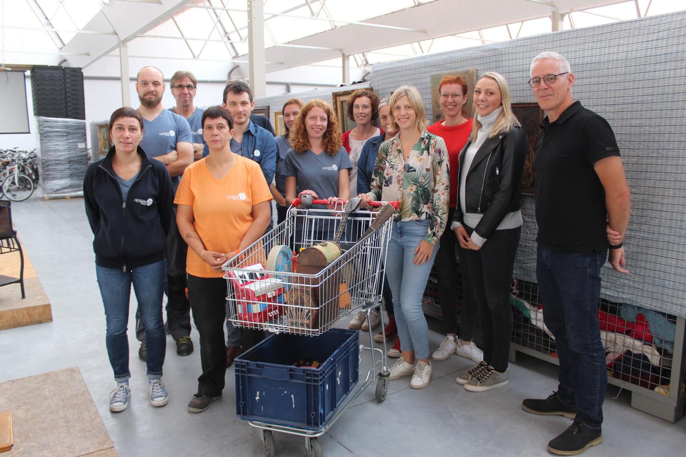 Een beeld uit september 2019 van een groep medewerkers van Kringloopwinkel Meetjesland, toen van corona nog geen sprake was.