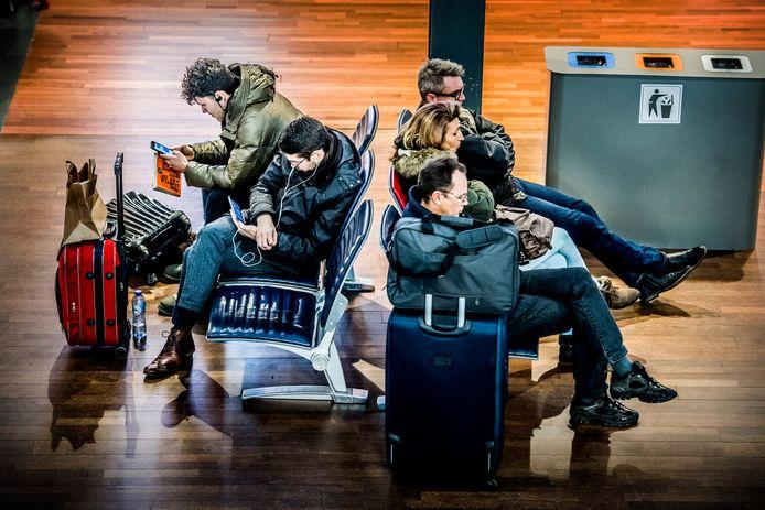 Gestrande reizigers op Rotterdam Airport vanwege de staking van Transaviapiloten, eerder dit jaar.