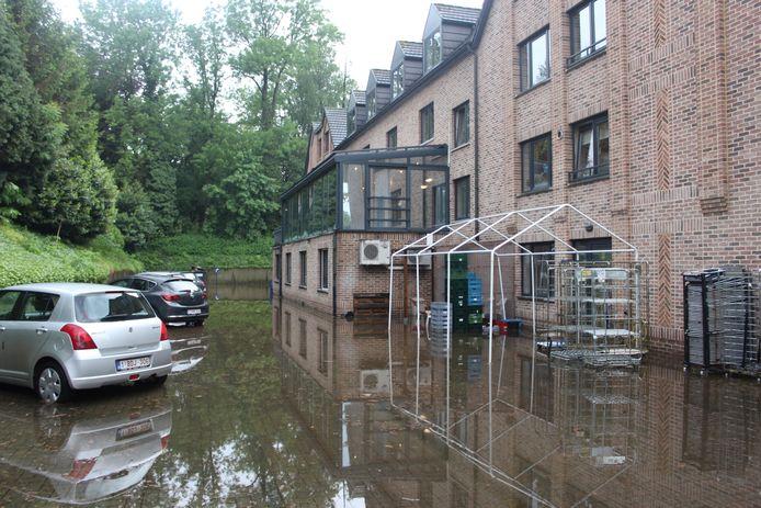 Onder meer via de achterzijde stroomde het water het rusthuis binnen