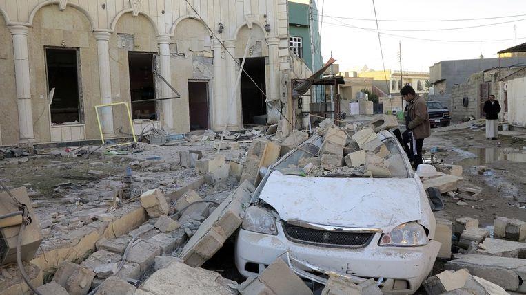 Een beschadigde auto na een bomaanslag in Ramadi, begin november. Beeld reuters