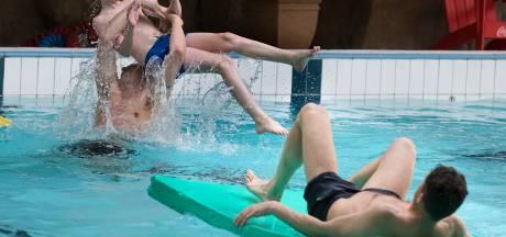 Voor het eerst weer - mét negatieve coronatest -zwemmen bij Marveld Recreatie Groenlo: 'We wilden heel graag weer iets normaals doen'