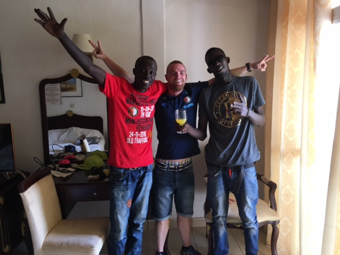 En Mitch nam voor twee vrienden in Gambia een shirt mee.