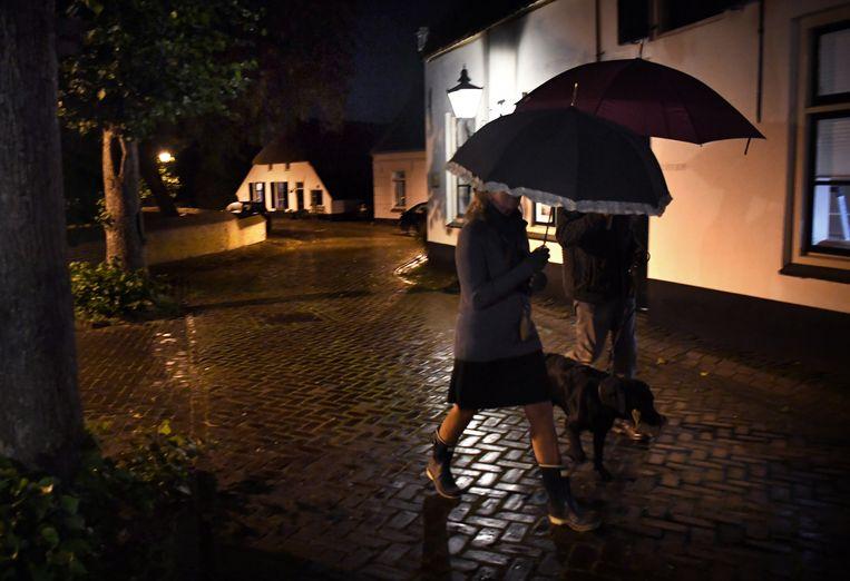 Samen een straatje om in het Gelderse Batenburg. Beeld Marcel van den Bergh / de Volkskrant