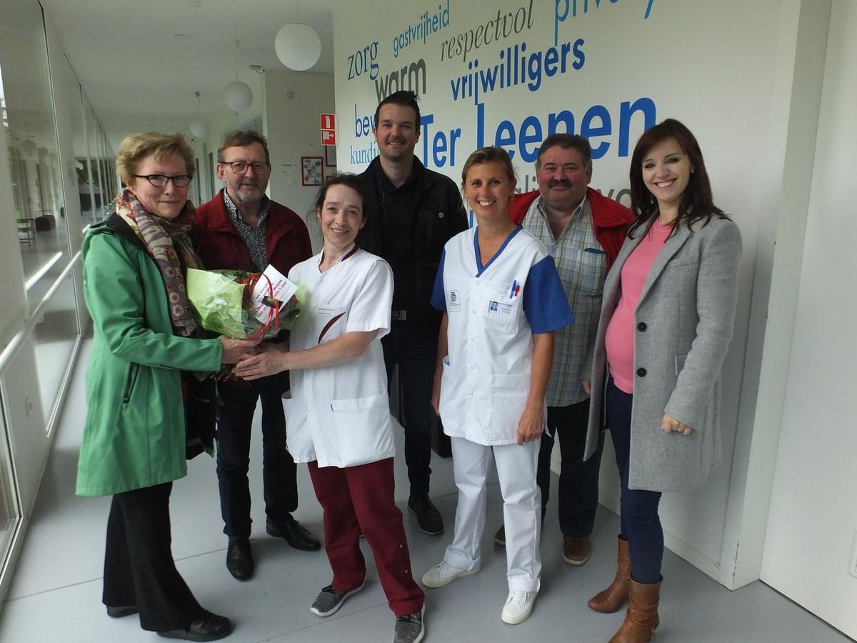 Sp.a plus geeft rode rozen af aan het personeel van Ter Leenen.