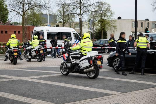 Grote politiecontrole op scooters en 'verdachte' auto's op de parkeeplaats van Winkelhart Hatert.