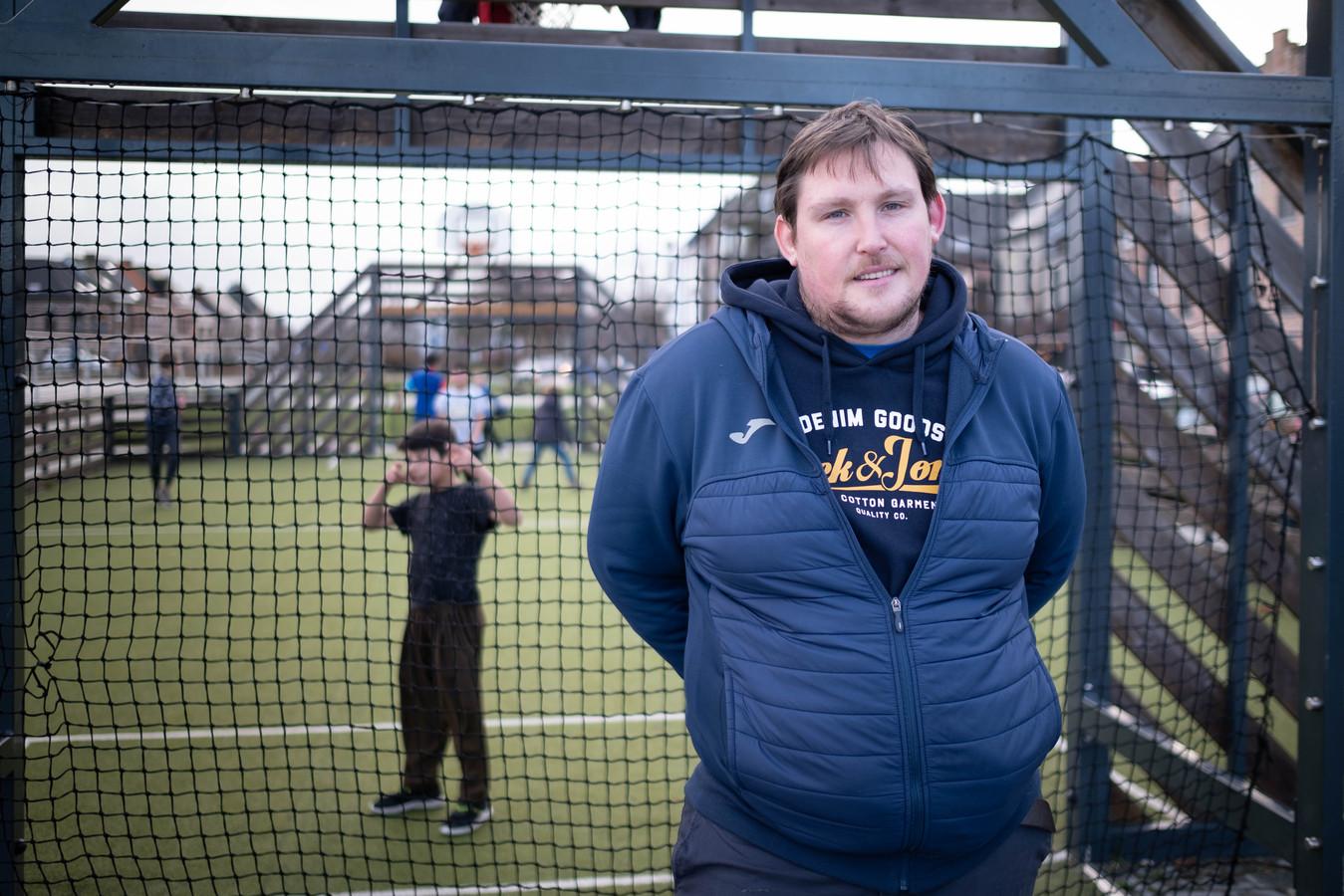 Tony De Bruyn wordt de nieuwe trainer van het Lierse homeless voetbalteam, dat tegenwoordig Younited Lyra-Lierse heet. Hier poseert hij aan het minivoetbalveldje naast de Sionsvest.