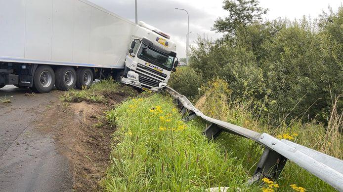 De bestuurder van de vrachtwagen moest voor verzorging naar het ziekenhuis worden overgebracht.