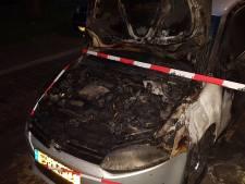 Nachtelijke autobrand in Meppel, politie doet onderzoek
