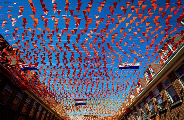Oranje vlaggetjes in Scheveningen. Koningsdag wordt dit jaar vooral thuis gevierd.  Beeld ANP