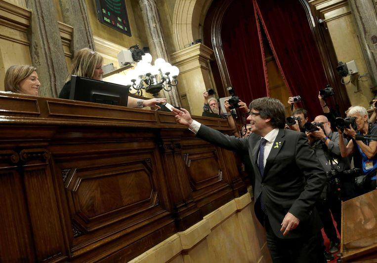 Puigdemont brengt zijn stem uit. Beeld EPA