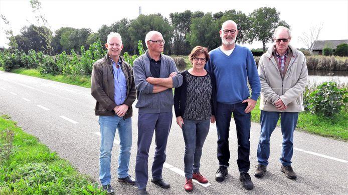 Bewoners van de Vlietweg in Roosendaal proberen te voorkomen dat de 380 kV-masten in hun achtertuin komen. Vlnr Arno Massar, Ad Bogers, Madeleine en John Bressers en Goof Hagens.