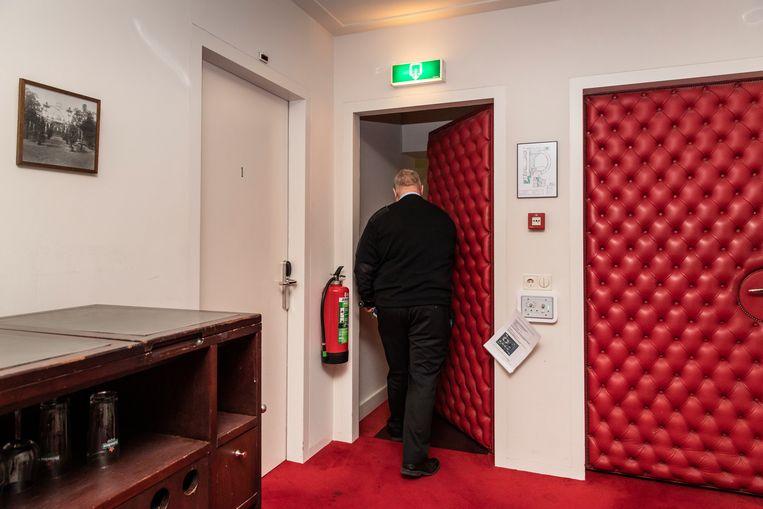 Danny inspecteert de artiestenkleedkamers. Beeld Dingena Mol