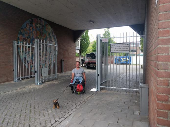 De Middellaan wordt afgesloten met hekken na een petitie vanwege overlast. De straat is straks enkel nog te bezoeken voor tien uur 's  avonds en na zeven uur 's ochtends. Bewoners krijgen een toegangstag, zoals ook bewoner Rob Gerritsen op de foto. Op deze archieffoto is de toegang te zien vanaf de Middellaan.