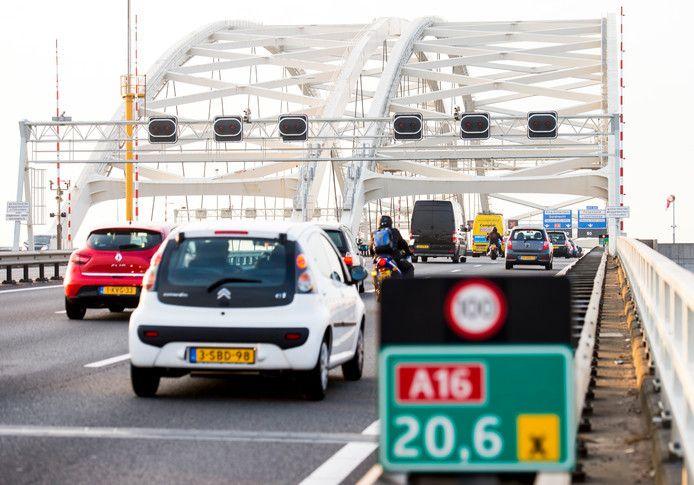 Autoverkeer op de Van Brienenoordbrug. De Rotterdamse oeververbinding wordt de komende jaren in twee delen vervangen.