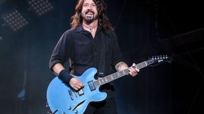 Geniaal: zo reageert Dave Grohl van de Foo Fighters wanneer een fan het podium opstormt