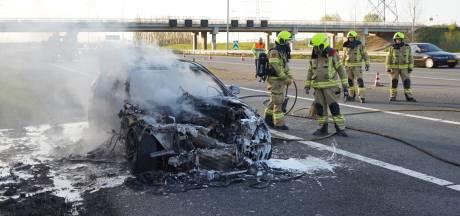 Auto brandt uit bij knooppunt Valburg; nummerborden genoteerd van automobilisten die door berm rijden