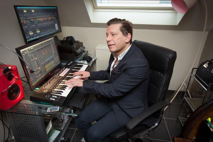 Mario Mathy speelt nog alle dagen op zijn keyboard.