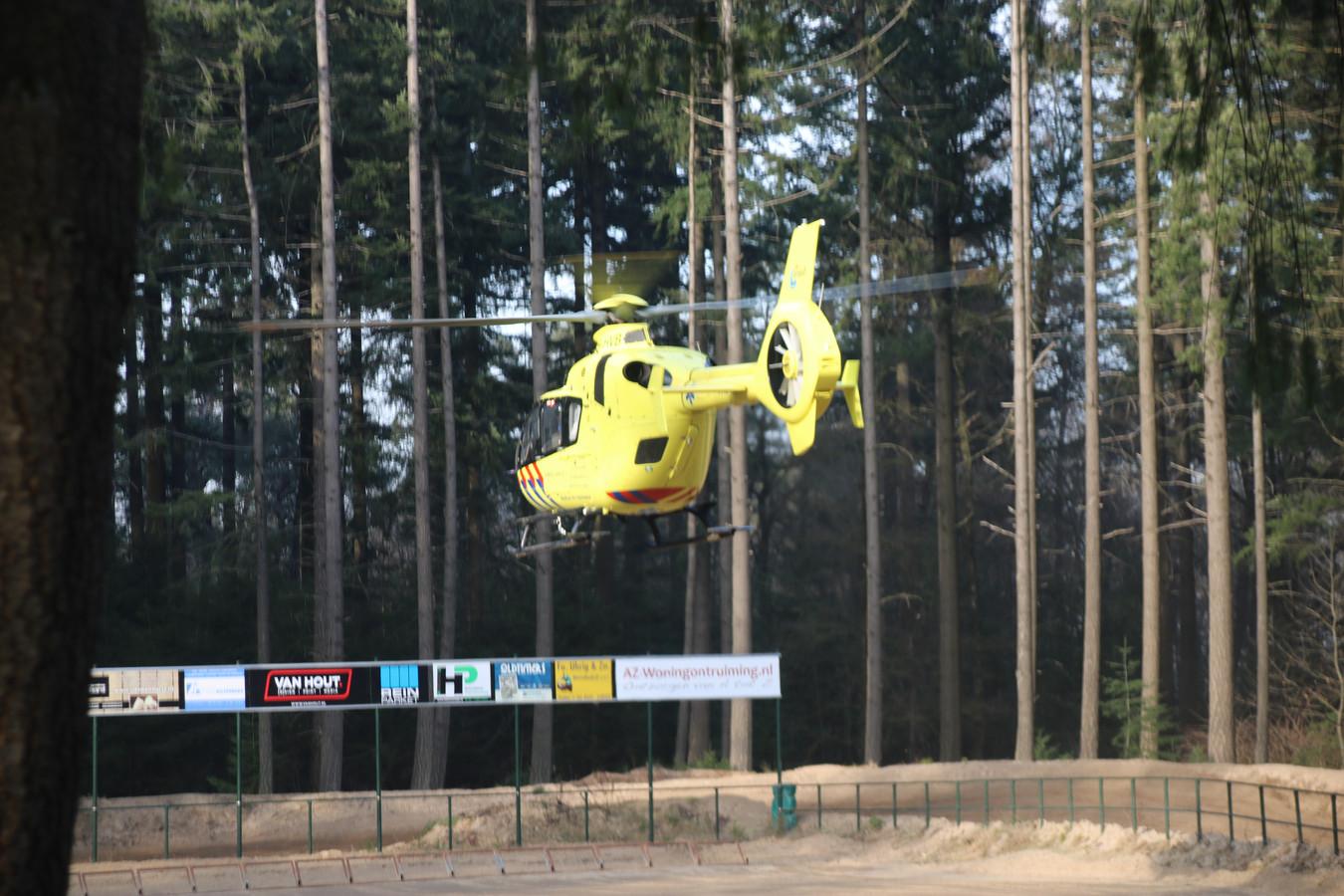 De traumaheli landt op het starttrein van motorcrossclub Volgas uit Ermelo.