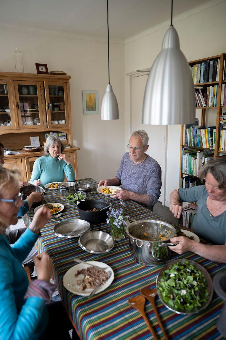 Op tafel staat een veganistische maaltijd Beeld Bram Petraeus