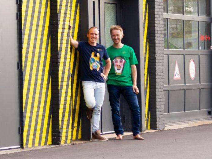 Ricardo Bravenboer (links) en Bob Raymond Kars in Kunsling T-shirt.