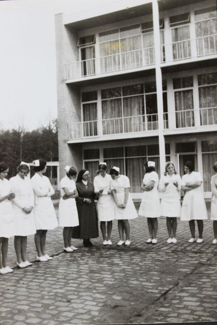Jonge zusters en een non van de congregatie van de zusters Dochter der Wijsheid voor de flat op het terrein van de LosserHof.