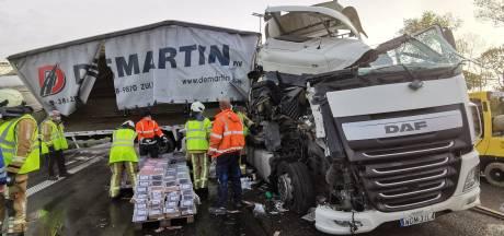 Drie vrachtwagens botsen op de E17: in lange file richting Gent botsen nog eens twee vrachtwagens