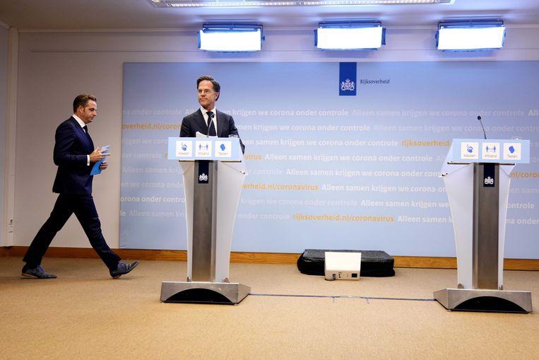 Demissionair premier Mark Rutte en demissionair coronaminister Hugo de Jonge keren op hun schreden terug.  Beeld ANP