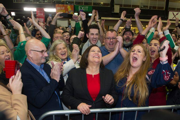 Een glunderende  Mary Lou McDonald, voorzitter van Sinn Fein, krijgt applaus in Dublin. Ze volgde twee jaar geleden Gerry Addams op. Beeld EPA