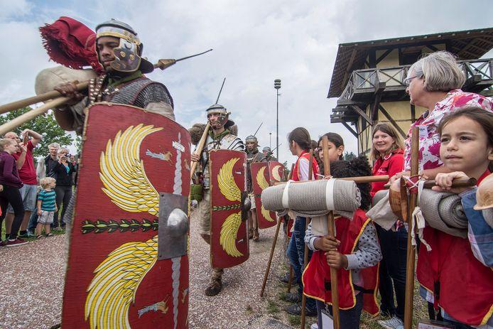 Zes mannen nemen een week lang de rol van Romein op zich. Ze proberen namens de Romeinse vereniging Pax Romana in de wachttoren bij Castellum Hoge Woerd in Utrecht het leven van een soldaat uit de eerste eeuw na Christus zo goed mogelijk te construeren.