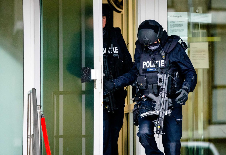 Zwaar bewapende agenten bij de speciaal beveiligde rechtbank De Bunker voor de pro-formazitting in het liquidatieproces Marengo. Beeld ANP