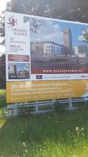 'We gaan binnenkort beginnen!', staat er optimistisch op dit bord van De Raadskamer in Sint-Michielsgestel. Maar start bouw laat nog lang op zich wachten.