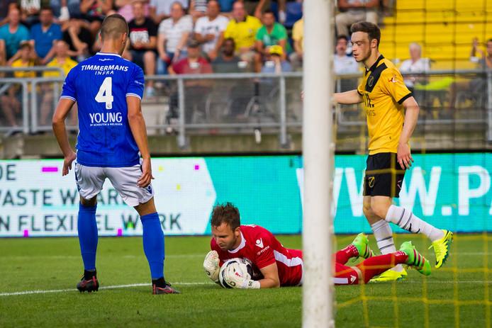 Kees Heemskerk weet een doelpunt van Brandon Barker te voorkomen.
